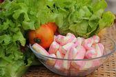 Grönsaker sallad, tomat, rosa marshmallows. — Stockfoto