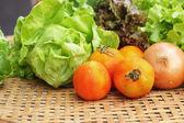 Groenten salade en tomaat in de mand — Stockfoto
