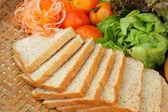 Fresca ensalada de verduras con pan de trigo integral. — Foto de Stock