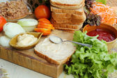 Gör tonfisk smörgås med färska grönsaker — Stockfoto