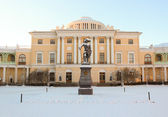 View with Pavlovsky Palace and Monument to Pavel First on Januar — Stock Photo