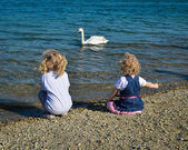 Children and swan — 图库照片