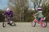 Kız bir bisiklet üzerinde — Stok fotoğraf
