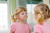 Child the mirror — Stock Photo