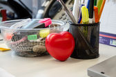 Heart in the office — Stockfoto