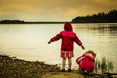 Bambini e lago — Foto Stock