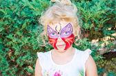Chica con cara de mariposa pintura — Foto de Stock