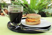 Muffin chicken with black coffee — Stock Photo