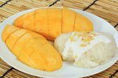 Ripe mango and sticky rice — Stock Photo