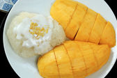 Ripe mango and sticky rice cooked with coconut milk — Stok fotoğraf