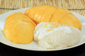 Ripe mango and sticky rice cooked with coconut milk — Stock Photo