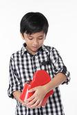 Asyalı çocuk açık kırmızı kalp şeklinde kutu — Stok fotoğraf