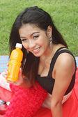 Femme tenant le jus d'orange — Photo