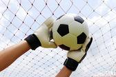 Mani del portiere, raggiungendo per piede palla — Foto Stock