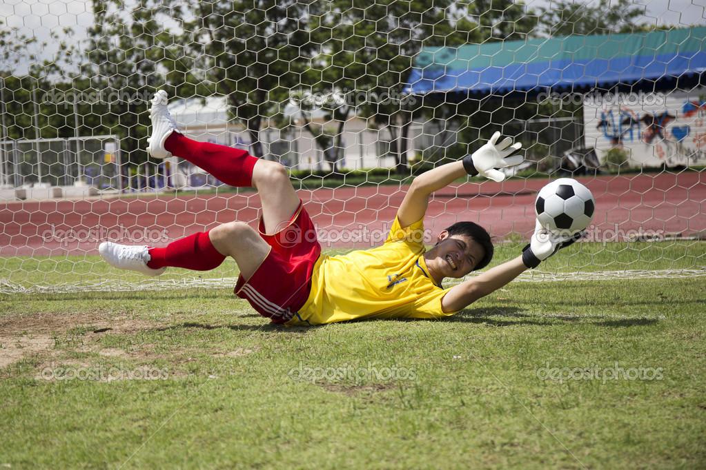 футбол ловить мяч руками