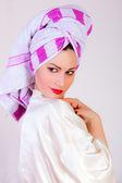 Aantrekkelijke vrouw met handdoek op haar hoofd — Stockfoto