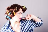 Huisvrouw met krulspelden — Stockfoto
