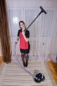 Portrét nice v domácnosti dělá domácí práce s vysavačem — Stock fotografie