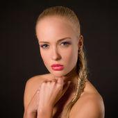 Porträt von einer schönen blondine auf einem dunklen hintergrund — Stockfoto