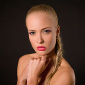 Retrato de una bella rubia sobre un fondo oscuro — Foto de Stock