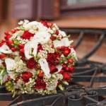 Постер, плакат: Red and white wedding bouquet