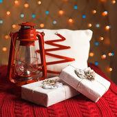 фонарь рождественские подарки, украшения и подушка — Стоковое фото