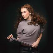 Ritratto di giovane donna bellissima con capelli lunghi fluenti — Foto Stock