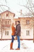 Jovem casal tem um passeio pelo parque do inverno — Foto Stock