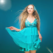 Summer. Sky. Girl in a sundress. Long hair. Wind. — Foto de Stock