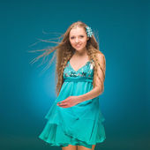 Summer. Sky. Girl in a sundress. Long hair. Wind. — Foto Stock