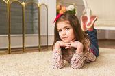 Porträtt av en leende liten flicka — Stockfoto