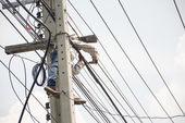 Electricista liniero reparador trabajador escalada trabajo en poste de energía eléctrica post — Foto de Stock