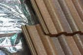 Installing roof insulation in a home — Stock Photo