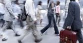 Rörelse oskarpa affärsmän gå på gatan — Stockfoto