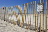 Warnschild am strand — Stockfoto