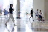 группа людей в бизнес-центре лобби — Стоковое фото