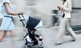 Ludzie na ulicy miasta — Zdjęcie stockowe