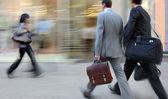 通りを歩いて動きぼやけビジネス人々 — ストック写真
