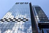 Edifícios de vários andares de escritório em uma cidade grande — Fotografia Stock