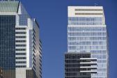 Met meerdere artikelen kantoorgebouwen in een grote stad — Stockfoto