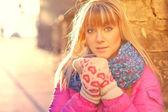 Mujer calienta las manos en guantes — Foto de Stock