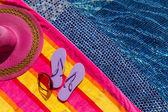 Flip-flops am pool — Stockfoto