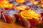 Orange halloween et noir cupcakes — Stockfoto