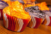 Halloween oranje en zwart cupcakes — Stockfoto