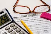 税金と納税申告書を提出 — ストック写真