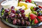Çeşitli meyve ve Peynirli Tepsi — Stok fotoğraf