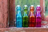 Gekleurde vintage flessen op de vensterbank — Stockfoto