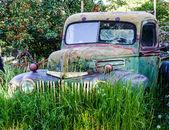 Vintage Abandoned Truck in Field — Foto de Stock