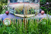 Vintage Abandoned Truck in Field — Stock Photo
