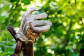 Bunten gartenhandschuhe auf zaun — Stockfoto